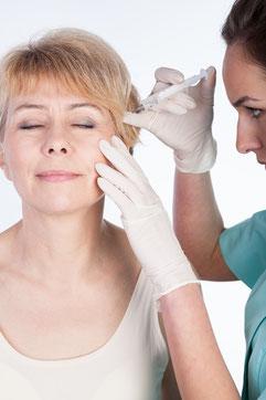 Aplicación de vial de botox en clinica medico estética facial